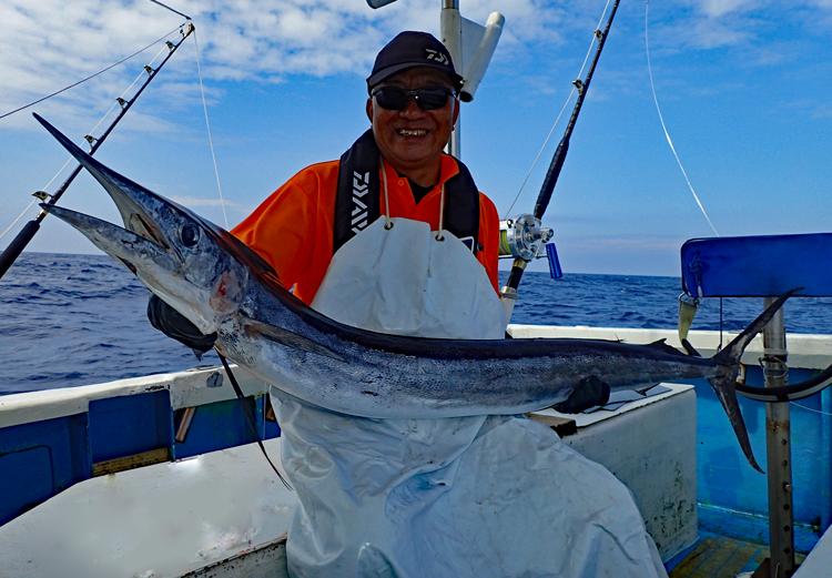 フウライカジキを釣り上げた男性