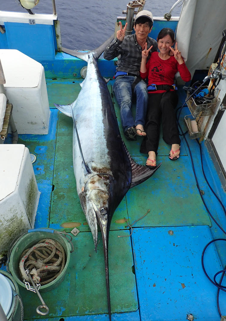 110kg0のカジキと釣り上げた親子