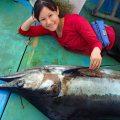 小柄な美人の女性アングラーがカジキ釣る
