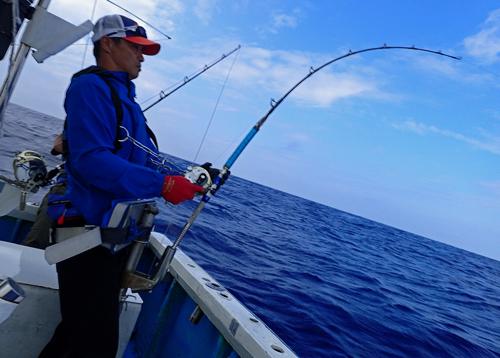 セイルフィッシュを釣っている男性