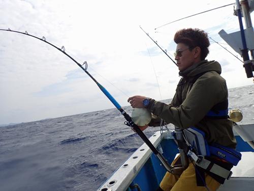 カマスサワラを釣っている男性