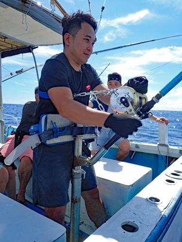 クレーンズ沖縄で230kgのカジキを釣っている香港から来た男