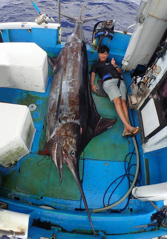 クレーンズ沖縄のトローリングで釣り上げた230kgのカジキと香港から来た男