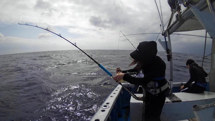 沖縄のトローリングでカマスサラワを釣っている女性