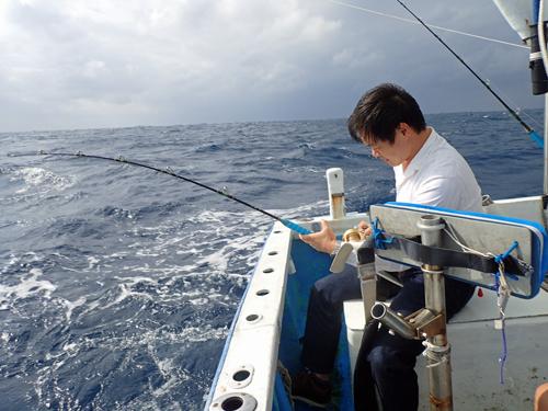 トローリングでスマガツオを釣っている男性