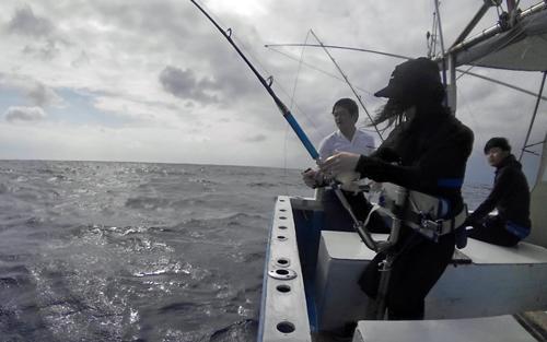 カマスサワラを釣っている女性