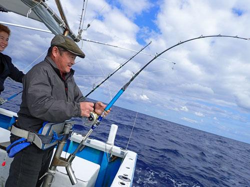 トローリングでカマスサワラを釣っている男