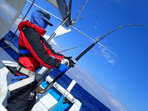 令和2年1月15日に沖縄でカジキを釣っている男性