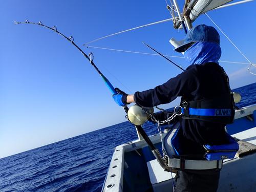 2020年1月14日に沖縄でカジキを釣っている男性