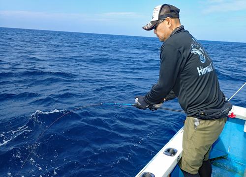 スロージギングでマグロを釣っている男性