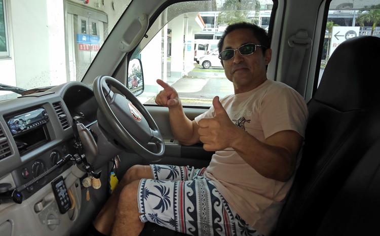 骨折から退院して車で帰宅する鶴巻船長