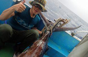 クレーンズ沖縄、鶴丸のトローリングでカジキを釣った男性
