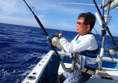トローリングでダイバンを釣っている男性
