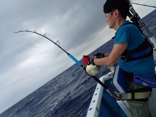 クレーンズ沖縄、鶴丸のトローリングでカジキを釣ったいる九州の男性