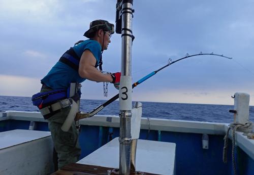 クレーンズ沖縄のトローリングカジキを釣っている男性