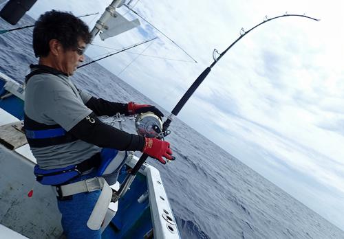 クレーンズ沖縄のトローリングで120kgのカジキを釣っている男性
