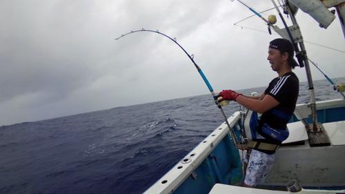 クレーンズ沖縄、鶴丸のトローリングでカジキを釣っている男性
