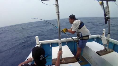 トローリングでカジキを釣っている男