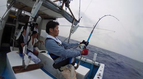 トローリングでカジキ8を釣っている男性
