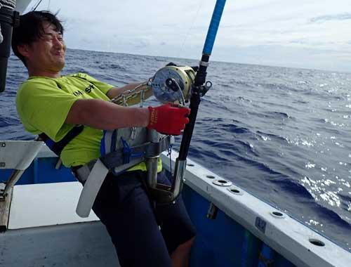 トローリングでカジキを釣っている滋賀県から来た男
