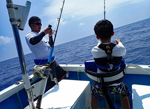 トローリングでバラクーダを釣っている10才の少年
