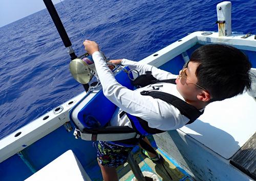 トローリングでバラクーダを釣っている滋賀県から来た10才の少年