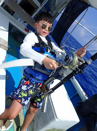 トローリングでバラクーダを釣っているカッコイイ10才の少年