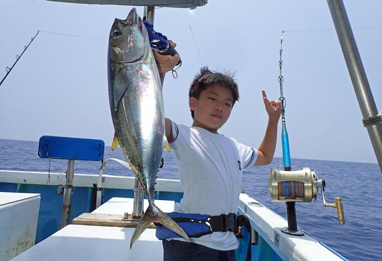 トローリングでマグロを釣った少年