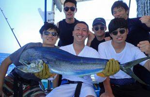 トローリングでシイラを釣った6人の大学生