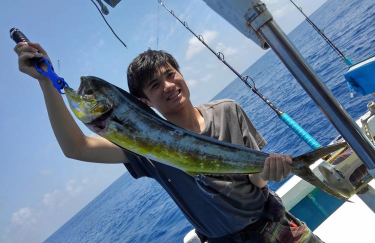 トローリングでシイラを釣った男性