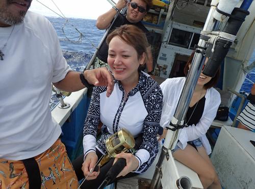 スマを釣っている女性