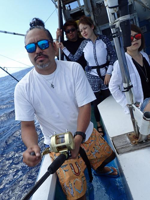 本カツオを釣っている男性
