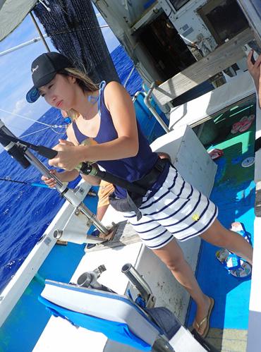 シイラを釣っている女性