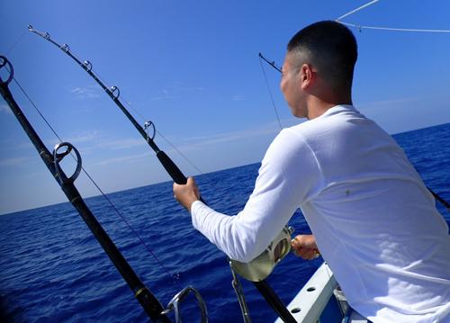 トローリングでシイラを釣っている大学生