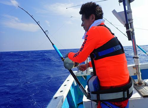 マグロを釣っている男性