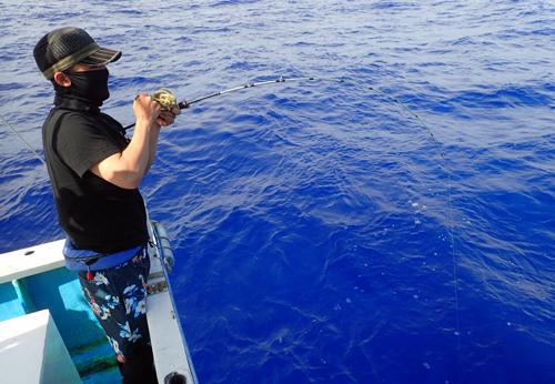 クレーンズ沖縄、鶴丸のジギングでカンパチがヒット