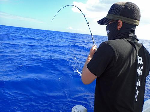 クレーンズ沖縄、鶴丸のジギングでカンパチを釣っている千葉県から来た若い男性