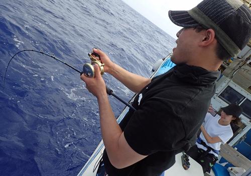 クレーンズ沖縄、鶴丸のジギングでカンパチを釣っている男