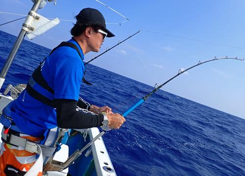 サワラを釣っている男性