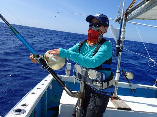 トローリングで大きなカマスサワラを釣っている女性