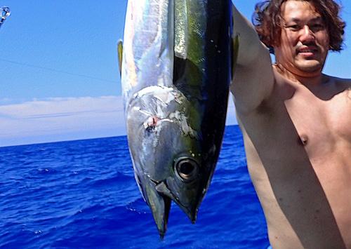 沖縄、鶴丸のトローリングでマグロ