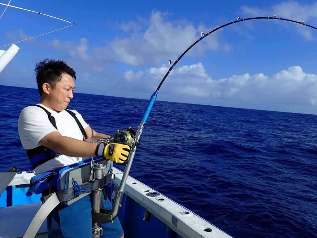 クレーンズ沖縄のトローリングでカジキを釣っている大分県の男性