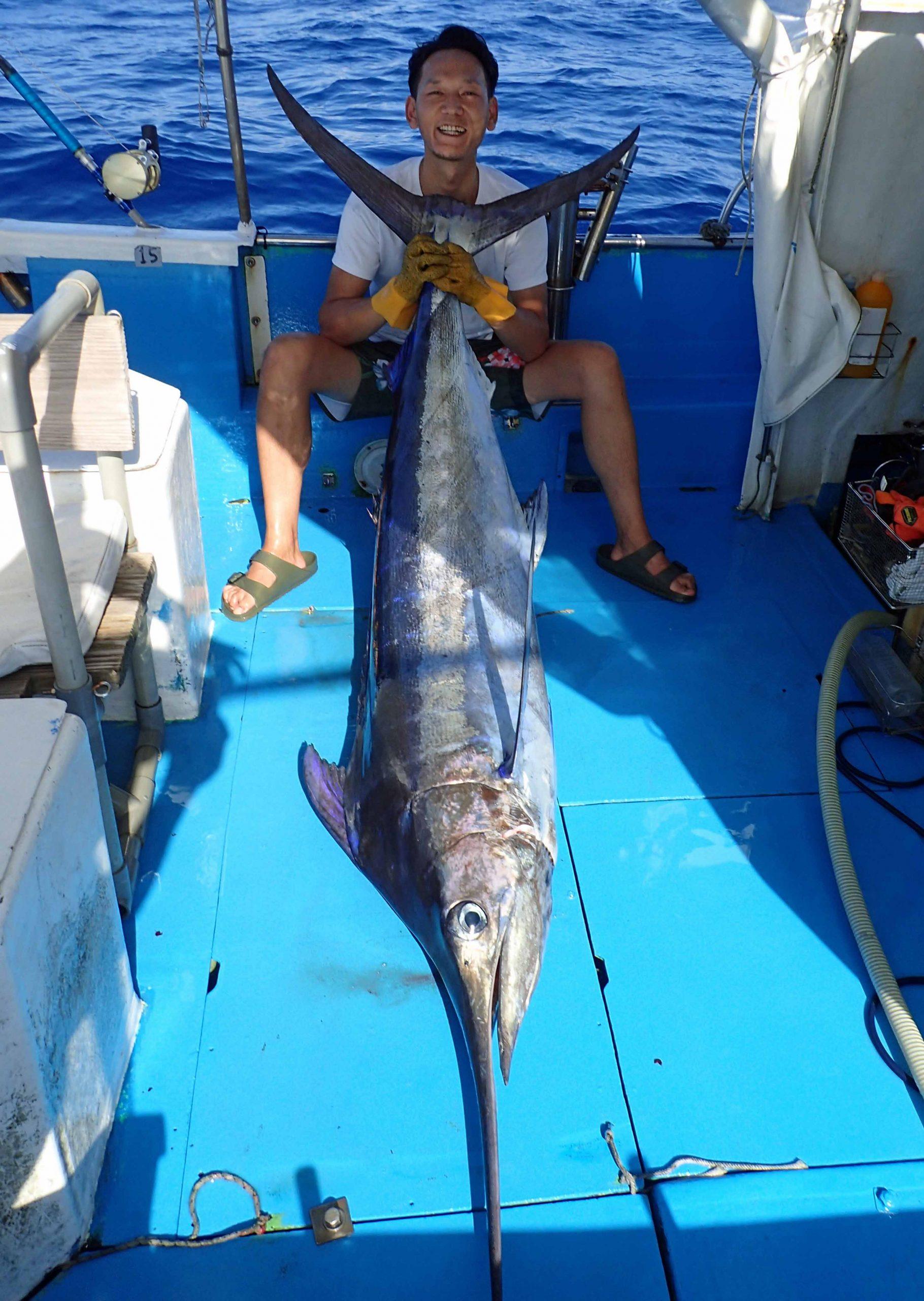 クレーンズ沖縄のトローリングでカジキを釣り上げた熊本県の男性