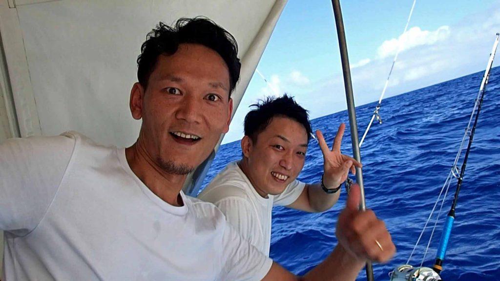 カジキを船に引き上げ喜ぶ大分県と熊本県の男性