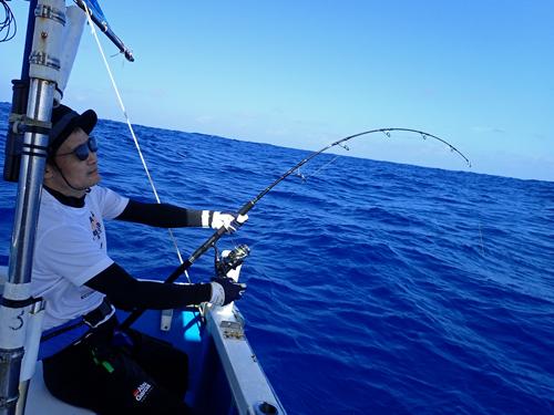 クレーンズ沖縄のジギングでカンパチを釣っている兵庫県の男性