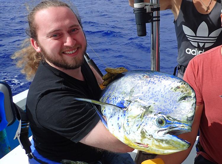 トローリングでシイラを釣ったイスラエル人