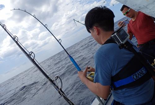 トローリングでシイラを釣っている日本人