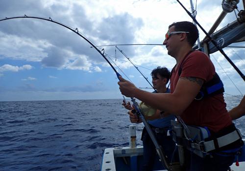 トローリングでシイラを釣っているドイツ人