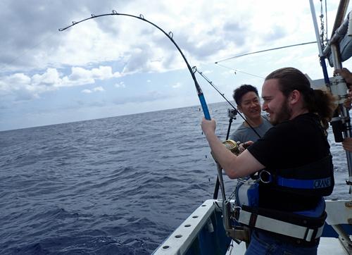 トローリングでシイラを釣っているイスラエル人