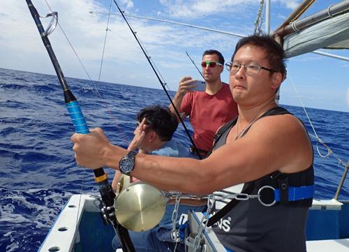 トローリングでシイラを釣っているアメリカ人
